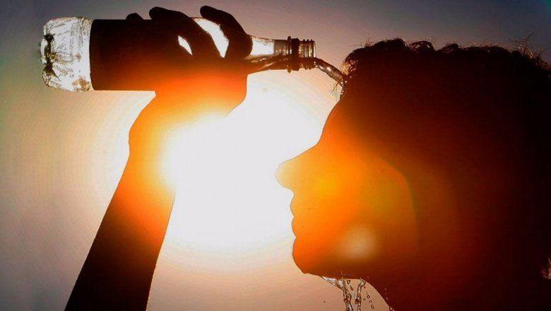 Frente al calor, se recomienda aumentar el consumo de líquidos sin esperar a tener sed