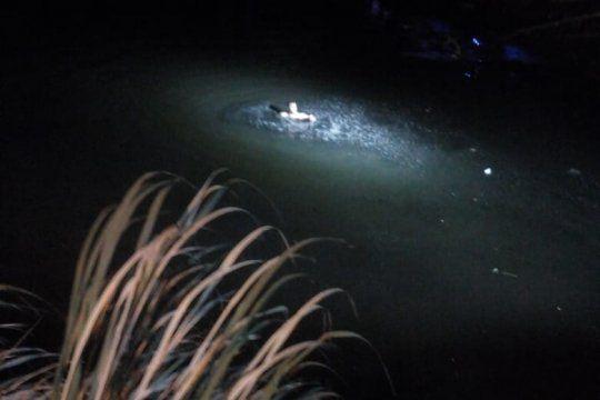El hombre se zambulló al canal Génova a pesar de estar contaminado
