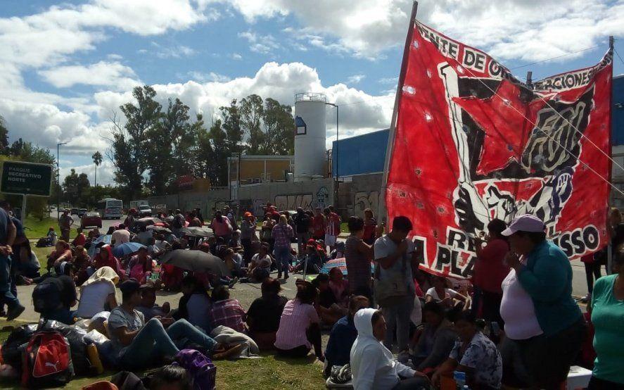 Sin respuestas del gobierno nacional, movimientos sociales continúan con el acampe en el Carrefour de La Plata