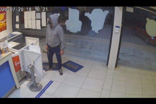 video: se hizo pasar por cliente, saludo y aviso que iba a robar