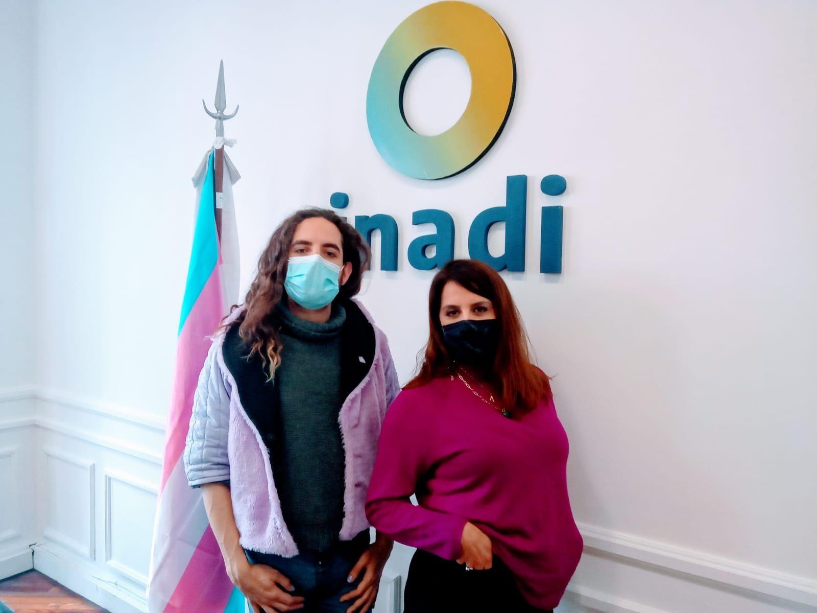 Victoria Donda, titular del INADI, junto a Ferni de Gyldenfeldt.