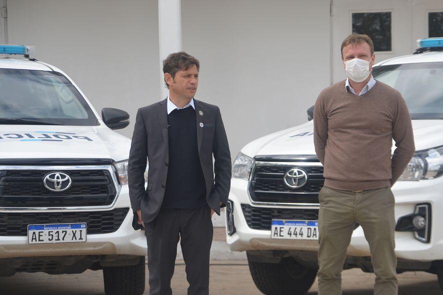 Junto al candidato a concejal de Olavarría, Maximiliano Wesner, el gobernador Axel Kicillof hizo entrega de patrulleros