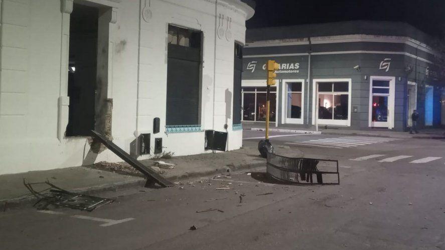 La sede de La Cámpora en Bahía Blanca quedó destrozada tras la explosión de una bomba casera. Denuncian que fue un atentado.