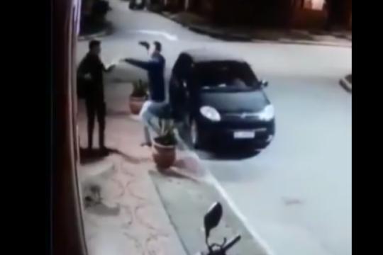 el insolito video del ladron que se dio cuenta que su victima era un amigo y termino a los abrazos