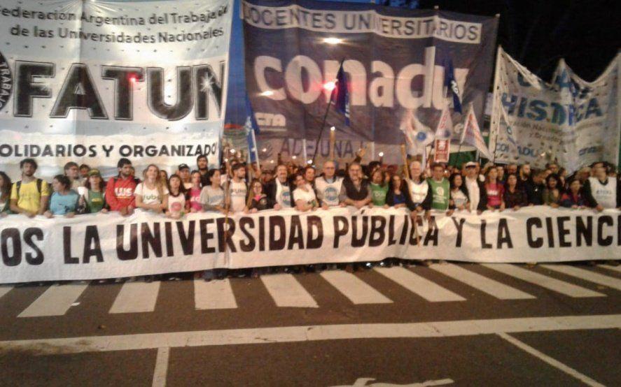 Una multitud de docentes universitarios se movilizaron para repudiar el ajuste del gobierno