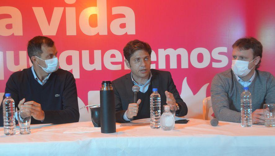 Axel Kicillof en conferencia de prensa en Olavarría junto a los precandidatos Eduardo Bali Bucca ( Séptima sección) y Maximiliano Wesner (concejal de Olavarría).