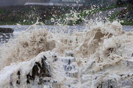 La sudestada llenó de espuma las playas de Pinamar.