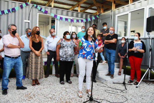 una casa para asistir mujeres en situacion de violencia de genero fabricada con contenedores