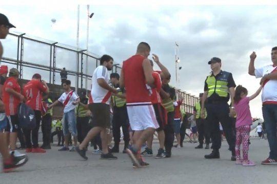 el megaoperativo superclasico en video: mas de 1000 policias afectados y 64 hinchas detenidos