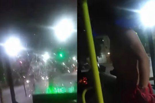 video: el violento ataque de un joven al chofer y a los pasajeros de un micro en la plata