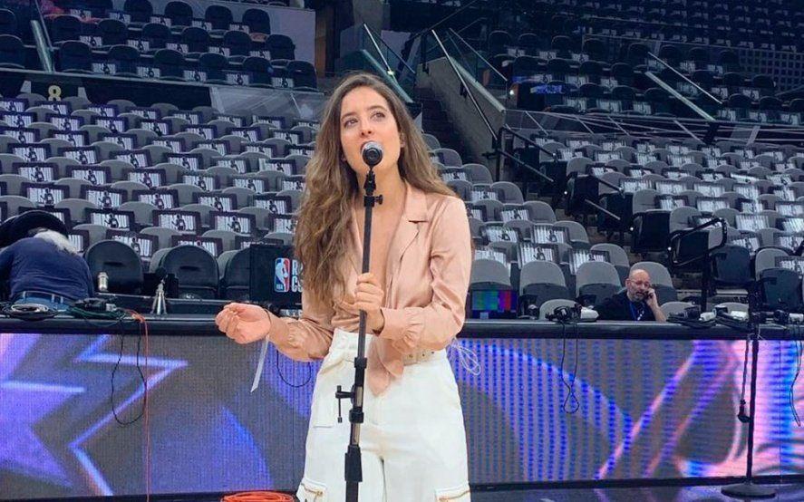 La joven Argentina que cantó el himno en el homenaje a Ginobili se defendió en las redes