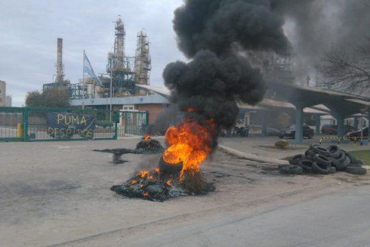 en bahia, continua la toma de una refineria por 150 despidos e intervendran provincia y nacion