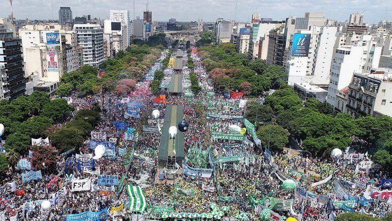 Es multitudinaria la marcha de los trabajadores contra el gobierno de Macri