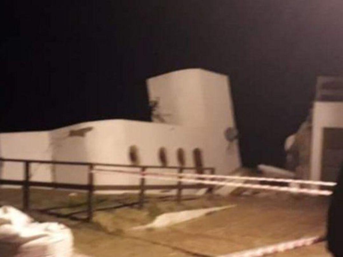 Esta madrugada una casa en Mar del Tuyú cedió ante una sudestada.
