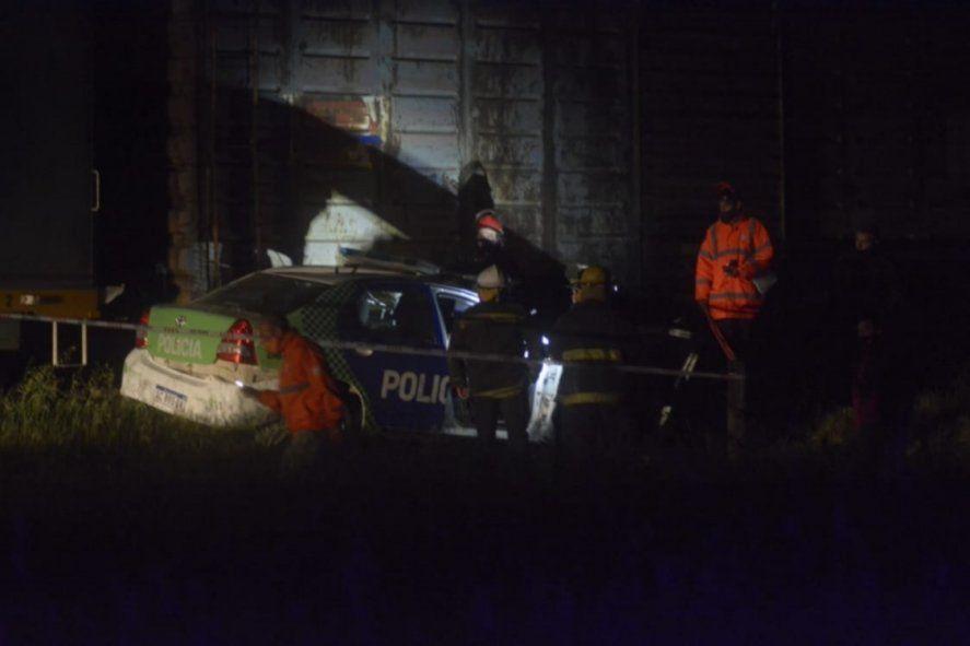 Chocó un patrullero contra un tren de carga: un policía murió y otro quedó grave