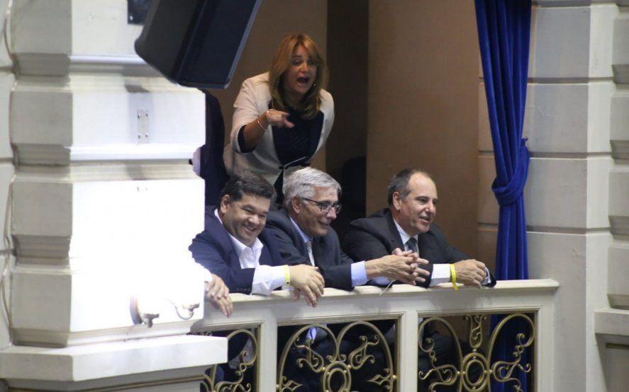 Intendentes Nedela y Cappelleti escuchan a Vidal.