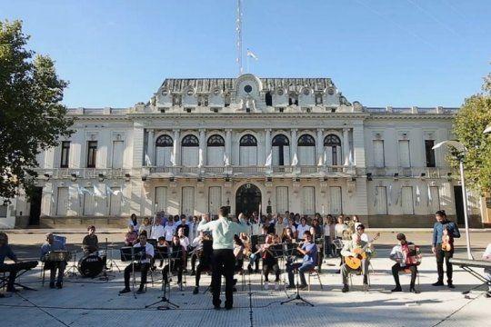 pehuajo: la inedita version del himno nacional en la que participo toda una ciudad