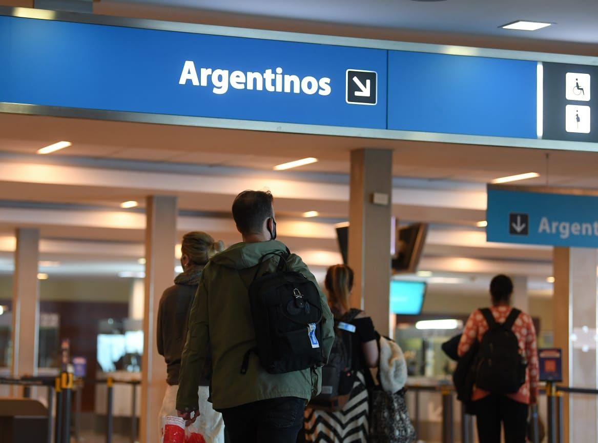 Pasajeros que provengan del exterir por transporte aéreo o vía terrestre ya no tendrán cupo de ingreso por día tras llegar a la vacunación de la mitad de las y los argentinos