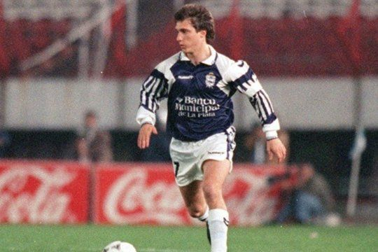 Guillermo Barros Schelotto en acción con la camiseta de Gimnasia.