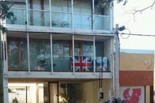 dia del veterano de malvinas: colgo una bandera de inglaterra en su balcon y fue escrachado