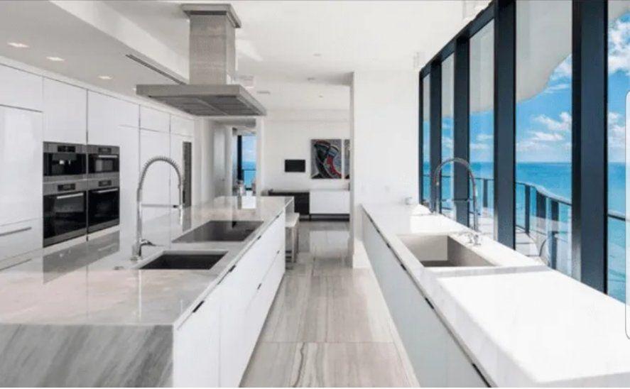 La completa y equipada cocina con vista al mar del departamento que acaba de comprar el matrimonio Messi al norte de Miami Beach