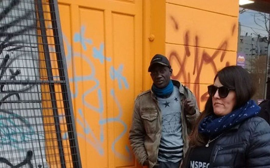 """Contra la venta ambulante: denuncian una """"caza"""" ilegal de vendedores senegaleses en La Plata"""