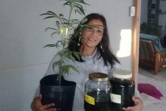 ?los abrazo con el corazon?, la alegria de la abuela cultivadora tras recuperar sus plantas de cannabis