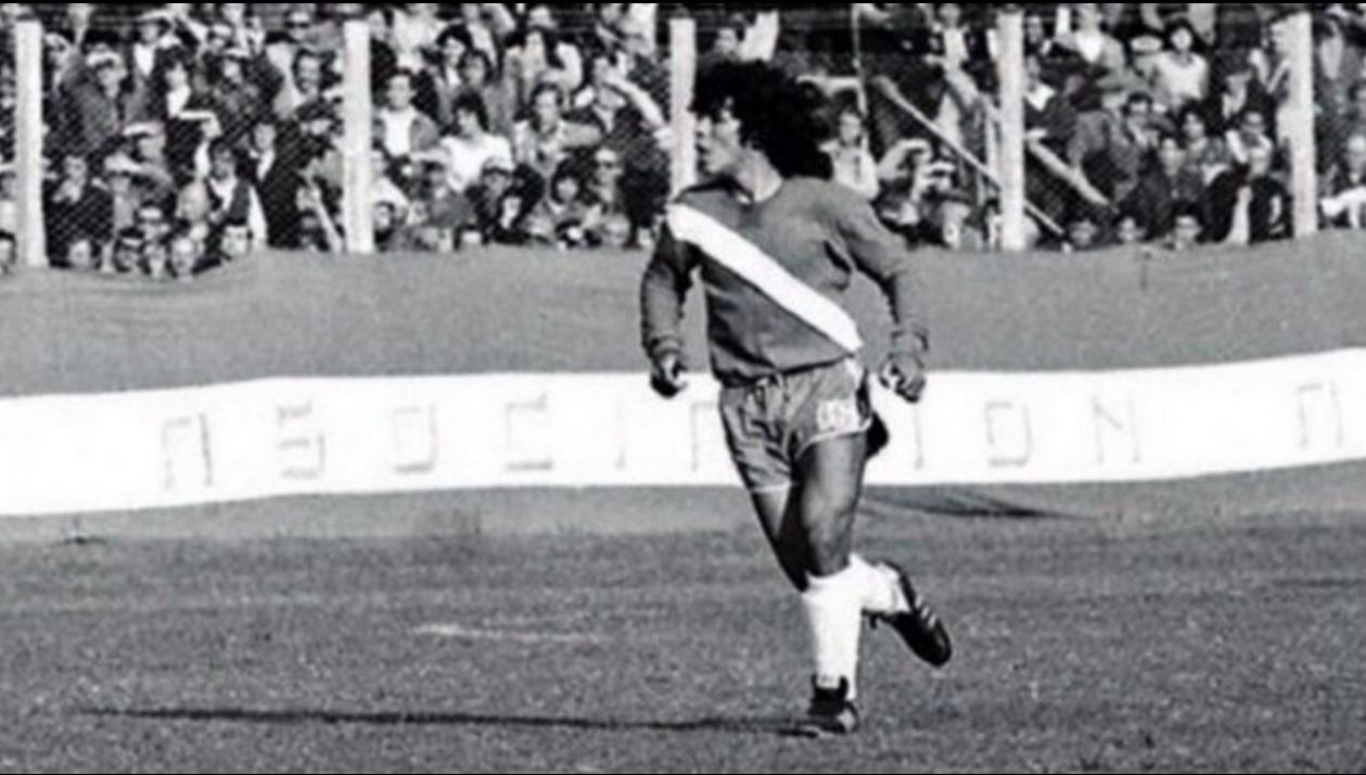 El debut de Maradona: la 16 en la camiseta y la 10 en el alma.