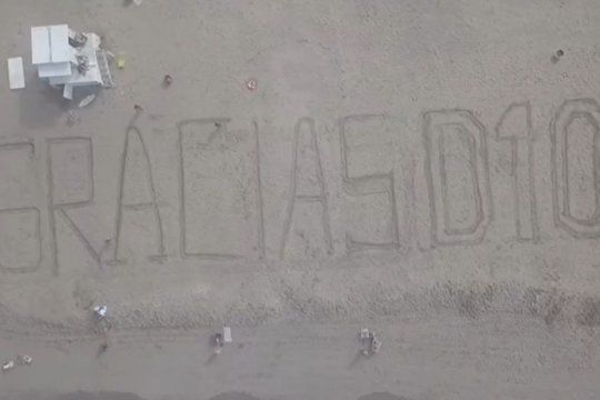 gracias d10s: guardavidas marplatenses despidieron a maradona