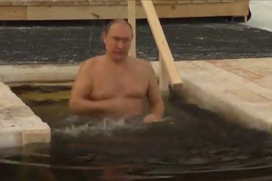Putin sumergido en el agua helada por un rito religioso