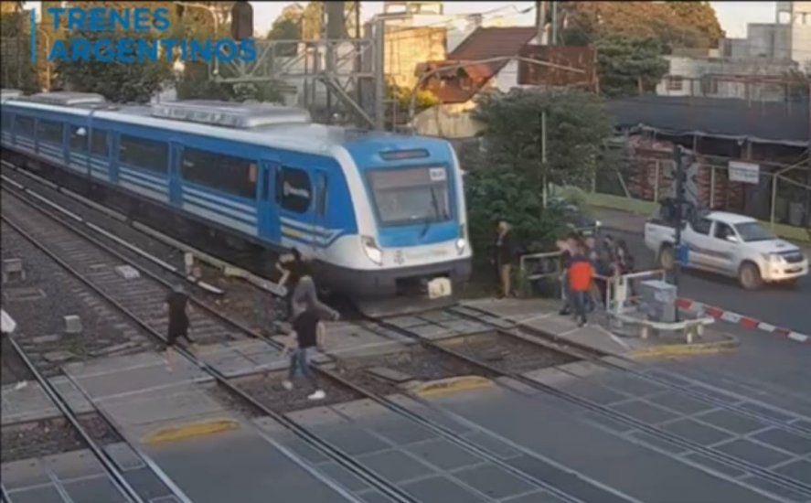 Batalla campal en la via del tren Sarmiento