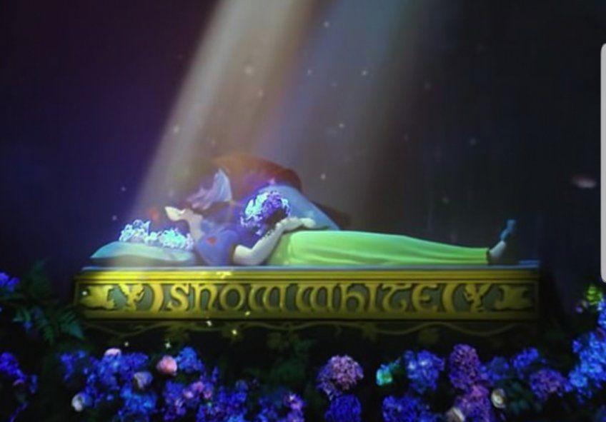 El instante del beso en la nueva atracción del Parque original de Disney en California que encendió la polémica por el no consentimiento de Blancanieves al Príncipe al recibirlo