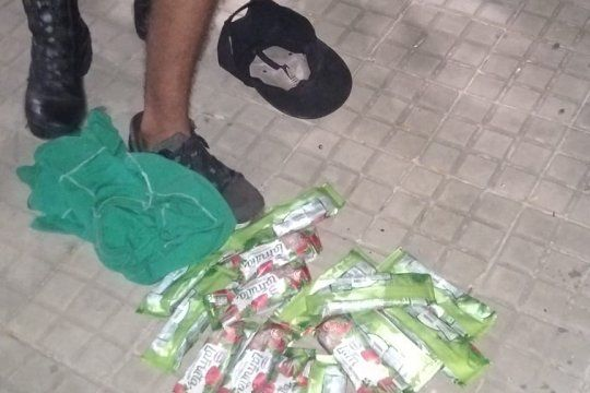 Cuatro ladrones robaron helados de un kiosco y cayeron