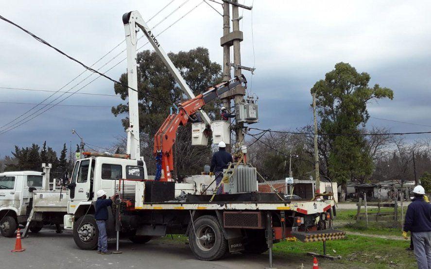 Avanzan las obras para optimizar el servicio eléctrico en Los Hornos y Melchor Romero