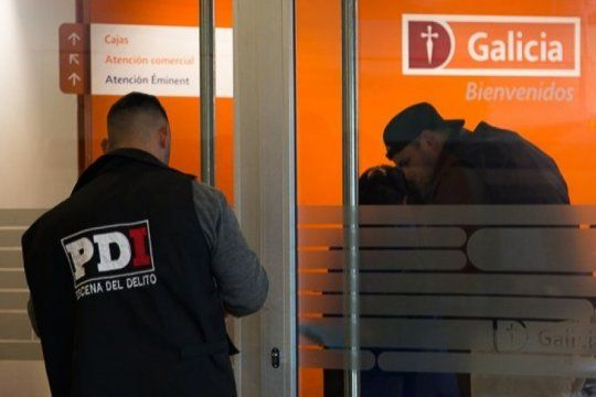 un robo a un banco de ciudadela termino con cuatro baleados: los delincuentes se llevaron medio millon de pesos