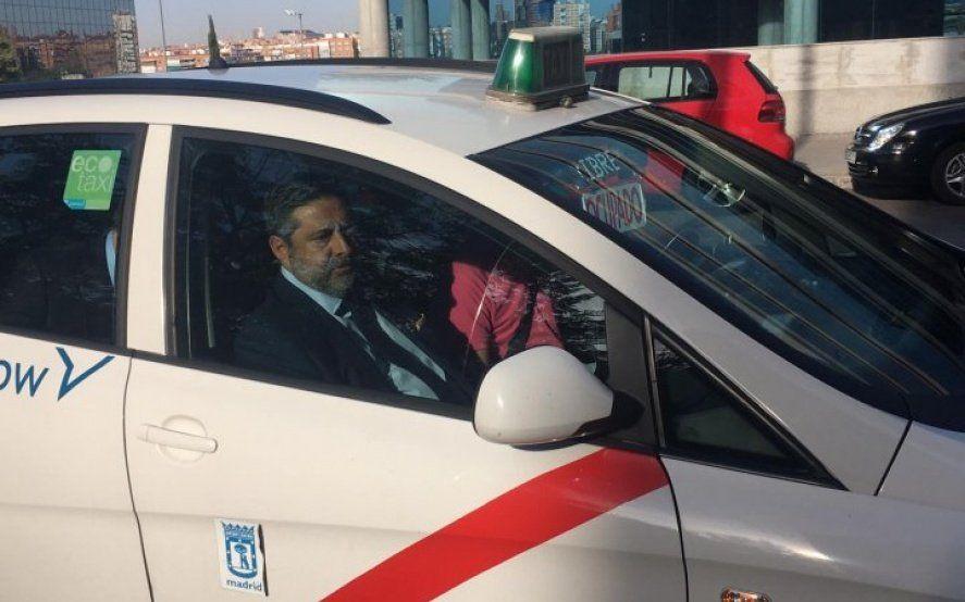 El colmo de Angelici: llegó a Madrid para reclamar la Libertadores y le tocó un taxi increíble