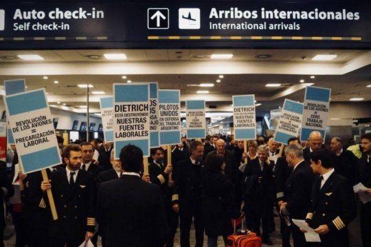 los pilotos de aerolineas y austral formalizaron el acuerdo por un 15% de aumento salarial en dos cuotas