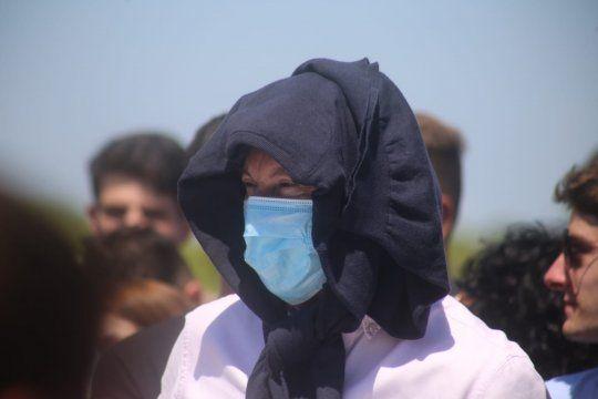 Gustavo Posse no aguantó el sol e improvisó con su pulóver un hiyab árabe.