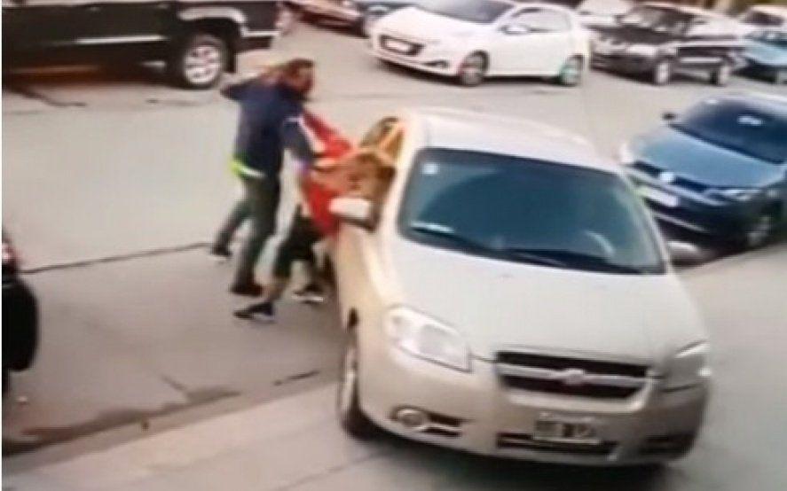 Video: golpeó a su ex pareja en la calle con su hija de 3 años en brazos
