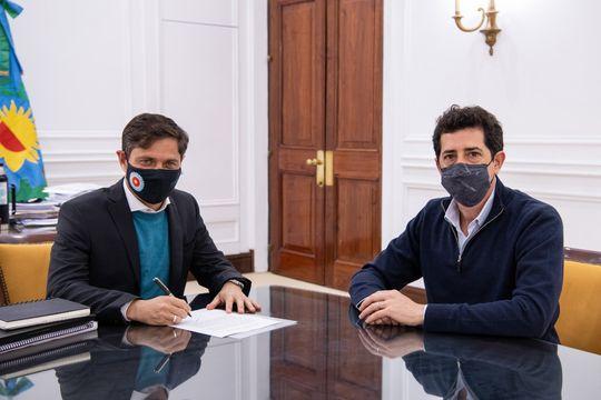 Axel Kicillof y Wado de Pedro durante la firma de un convenio para obras viales en la Ruta provincial 41