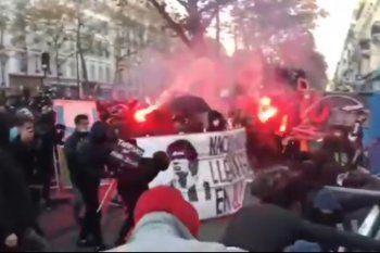 Durante las manifestaciones en Paris apareció una bandera con la cara de Maradona como estandarte