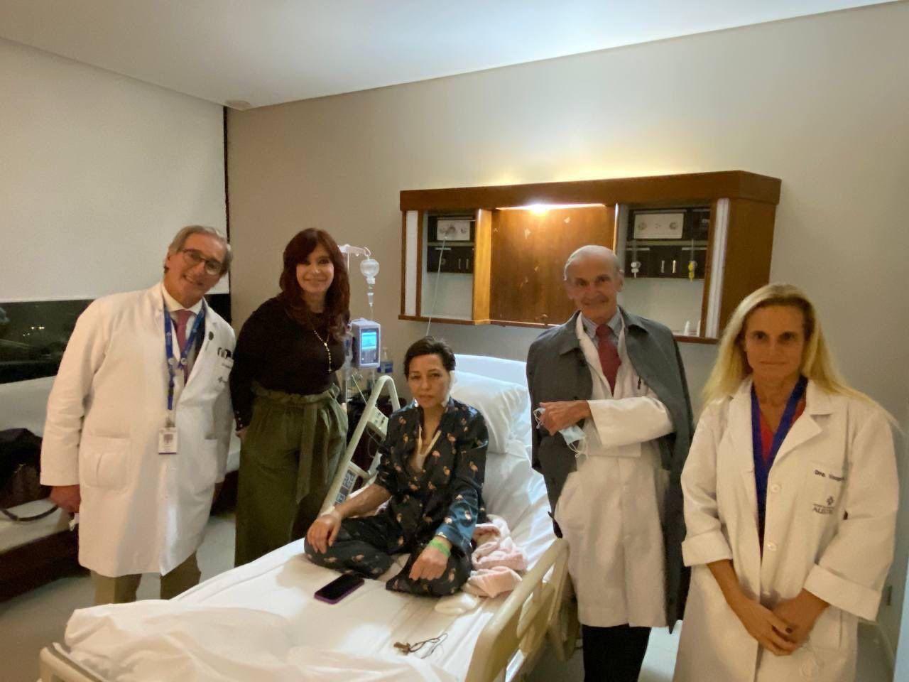 Tras la operación, Mayra Mendoza ya se recupera en su casa