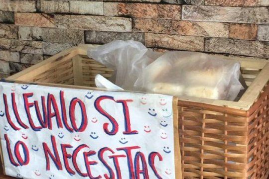 mas solidaridad en el ajuste: en una panaderia de la plata regalan el pan a los que no pueden pagarlo