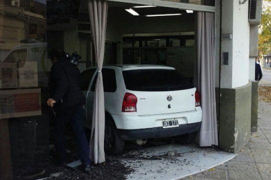 le cortaron la luz por error, discutio con el personal y estrello su auto en las oficinas de la empresa