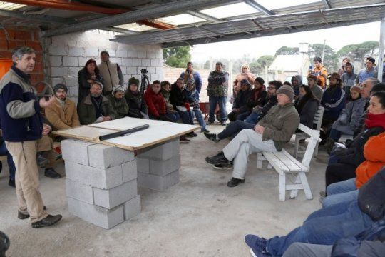 alumnos de la facultad de ingenieria presentaron un calefon solar para familias en situacion de pobreza
