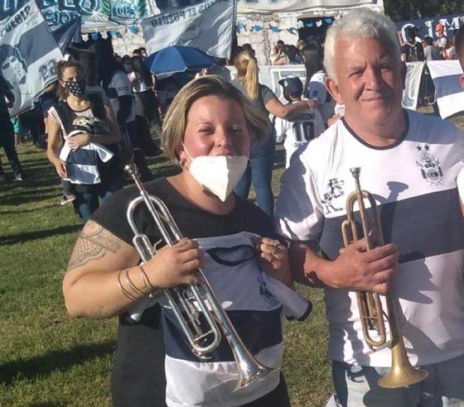 La historia de la trompetista que le toca a su papá internado por Covid