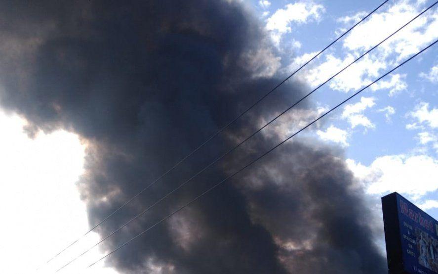 Florencio Varela: cinco dotaciones de bomberos combaten un incendio en una petroquímica