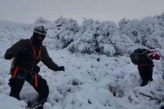 polemica: los bomberos que rescataron a funcionarios de macri tuvieron que bajar la montana a pie