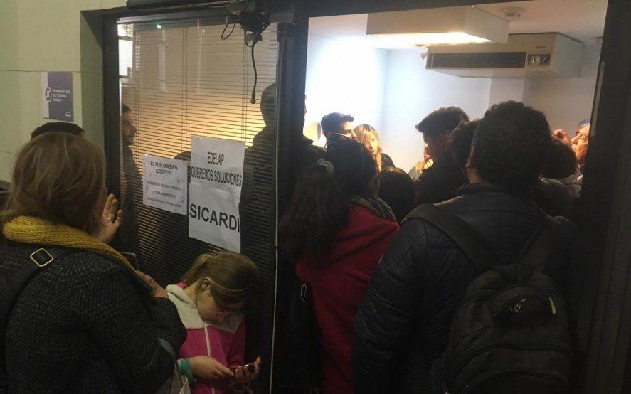 Hartos de los cortes de luz, un grupo de vecinos irrumpió en las oficinas de Edelap con carteles y cacerolas