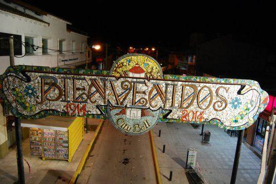 El arco de entrada al centro de City Bell corre riesgo de desprendimientos (Foto: Domingo Alagia)
